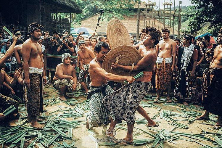 Melihat Keunikan Tradisi Perang Pandan Mekare-kare di Desa Tenganan