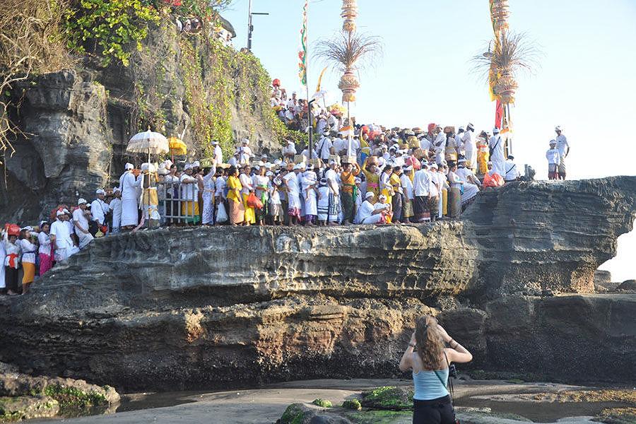 pujawali Pura Tanah Lot 1 » Menyaksikan Momen Religius Pujawali Pura Tanah Lot di Bali