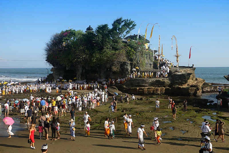 Menyaksikan Momen Religius Pujawali Pura Tanah Lot di Bali