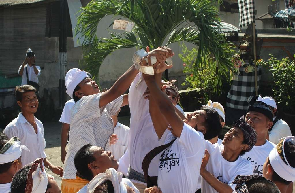tradisi mesuryak bali 1 » Tradisi Mesuryak Bali, Tradisi Mengantar Roh Leluhur Masyarakat Bali